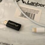 Lanbergin musta sovitin (lightning-naaras, micro-USB-uros) ja valkoinen lightning-kaapeli