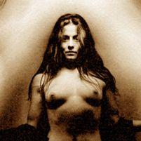 Tumma, pitkähiuksinen nainen vintaasivalokuvassa