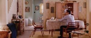 May-täti jättää Peter Parkerin yksin pöydän ääreen