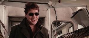 Tohtori Mustekala hymyilee leveästi aurinkolasit päässään