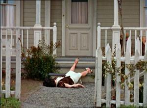 Annie Hayworth makaa talonsa portailla kuoliaaksi raadeltuna