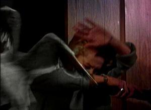 Lokki hyökkää Melanien kimppuun pimeässä huoneessa