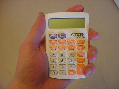 Citizen LC-250 ORBP -taskulaskin kädessä