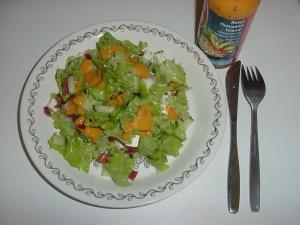 Salaattia ja Kevyt Thousand Island -kastiketta