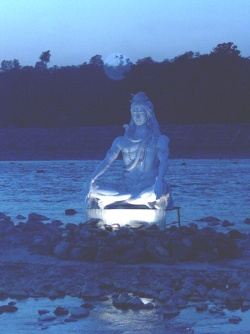 Shiva-patsas mietiskelyasennossa Rishikeshissä, Intiassa