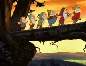 Disneyn seitsemän kääpiötä puunrunkosillalla