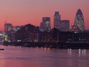 Vaaleanpunainen auringonlasku Thamesilla