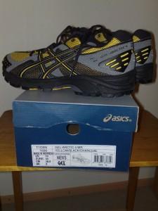 Asicsin Gel-Arctic 4 WR -kenkäpari laatikkonsa päällä