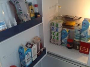Jääkaapin sisältöä: kolme ykkösmaitoa, Hilja-täysmaito, kolme rasiaa raejuustoa, rasia rasvatonta raejuustoa, kaksi rahkapurkkia, juustoa, leikkelettä, kahvia