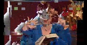 Kuvakaappaus alhaisen bittitaajuuden murjomasta videosta, ihminen kirjan kanssa