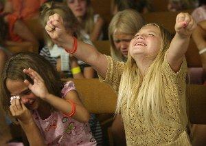 Tyttölapsia uskonnollisessa hurmoksessa